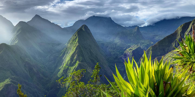 Wie in diesem La Réunion Reisebericht beschrieben besitzt die französische Insel viele Naturwunder wie den Cirque de Mafate, die nordwestliche Caldera des Piton des Neiges.