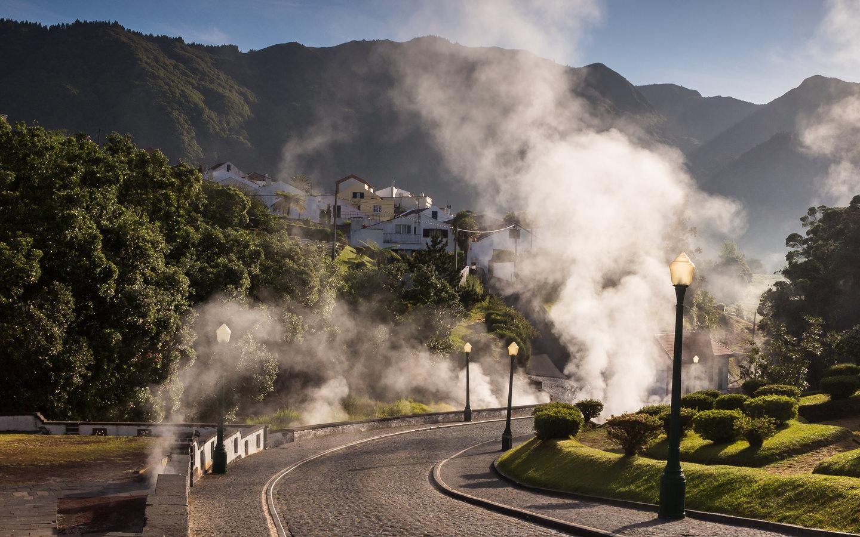 Der Ort Furnas auf den portugiesischen Azoren auf der Insel São Miguel mit seinem berühmten Eintopf Cozido das Furnas.