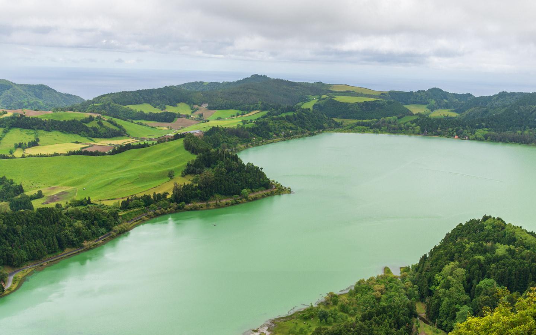 Der See Lagoa das Furnas nahe dem Ort Furnas auf den Azoren.