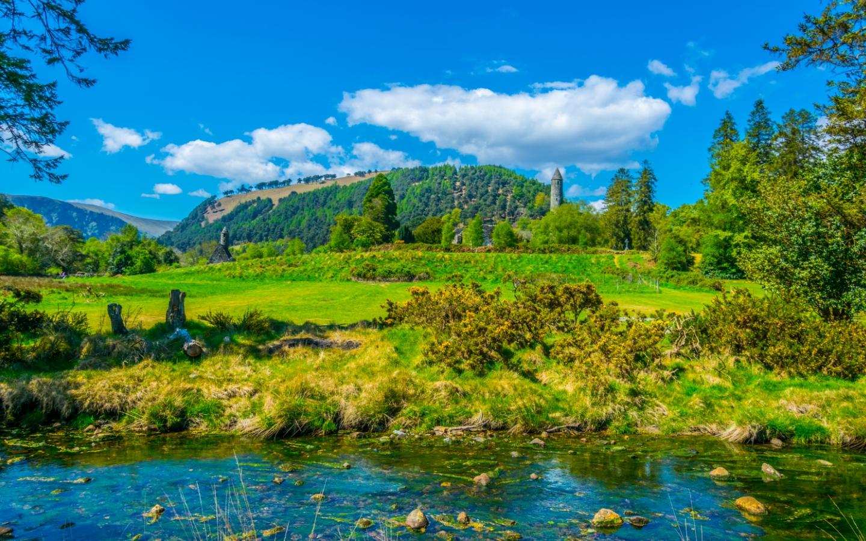 Das Glendalough Tal in Irland mit vielen Seen und dichten Wäldern ist einer unserer Dublin Reisetipps.