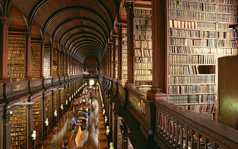 Das Trinity College mit seiner bekannten Bibliothek ist einer der Dublin Reisetipps.