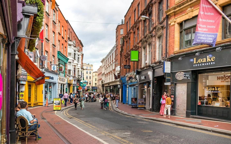 Die Wicklow Street ist eine bekannte Einkaufsstraße im Zentrum von Dublin und einer unserer Dublin Reisetipps.
