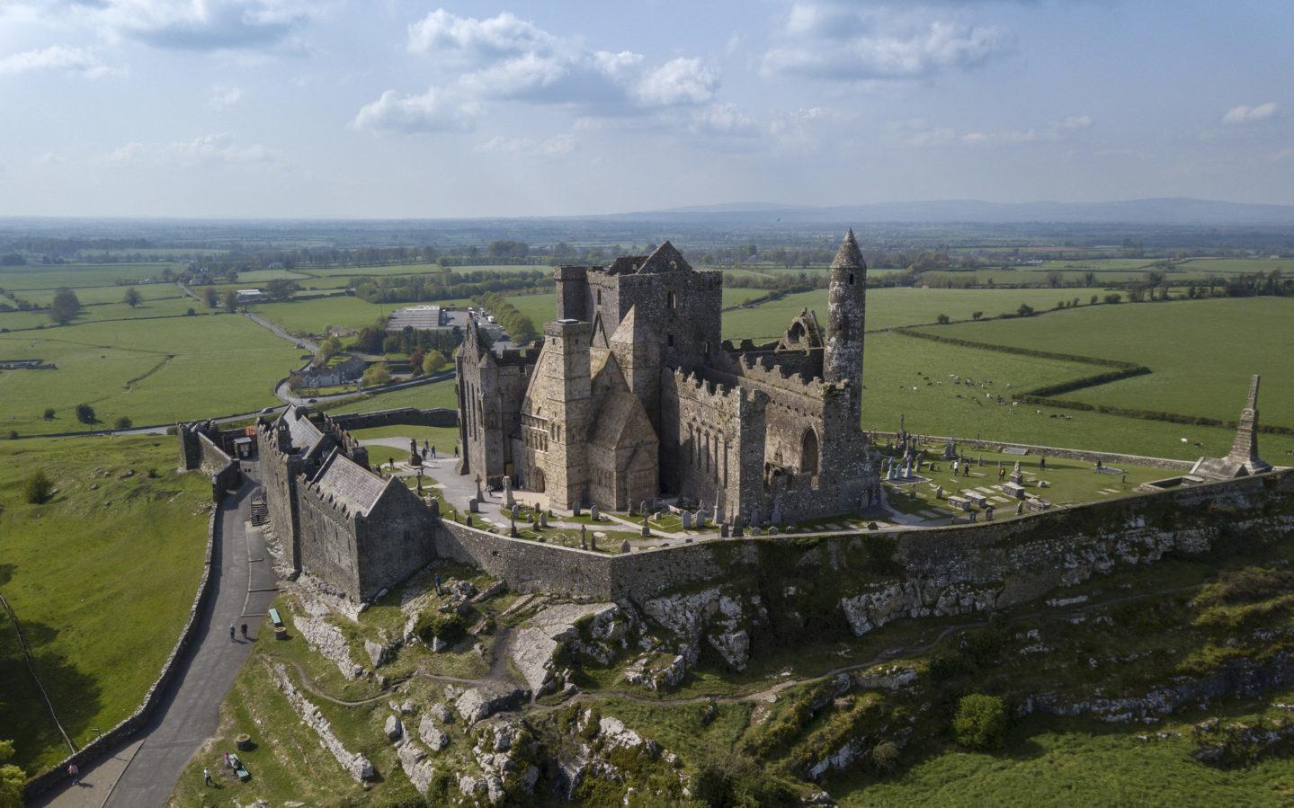 Der Rock of Cashel ist einer unserer Irland Reisetipps.