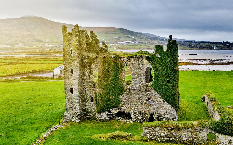 Das Ballycarbery Castle in der Nähe von Cashersiveen am Ring of Kerry in Irland.