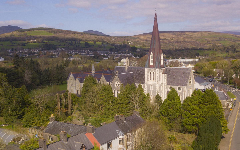 Eine Kirche im Ort Kenmare am Ring of Kerry in Irland.