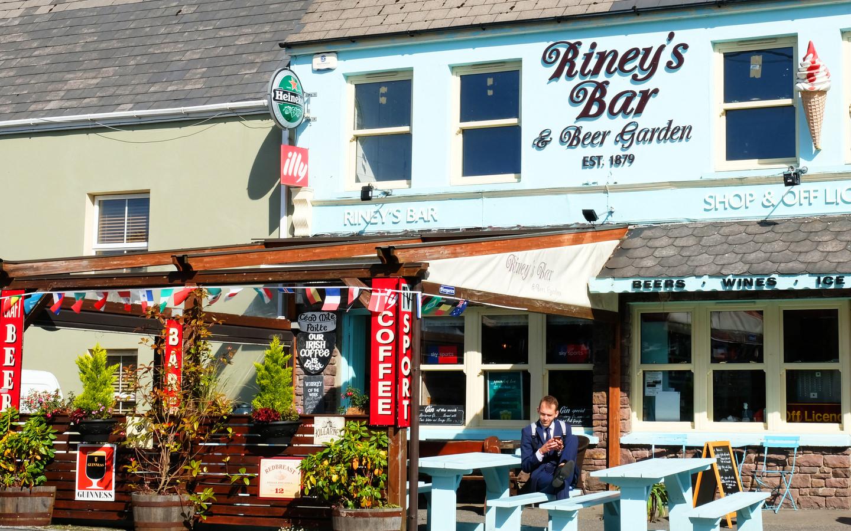 Eine Irish Bar im bekannten Ort Sneem am RIng of Kerry in Irland.