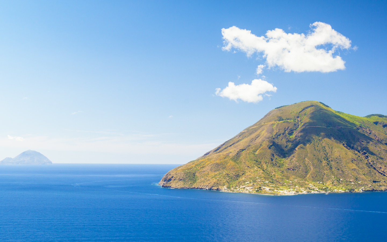 Blick auf die grüne Insel Salina.