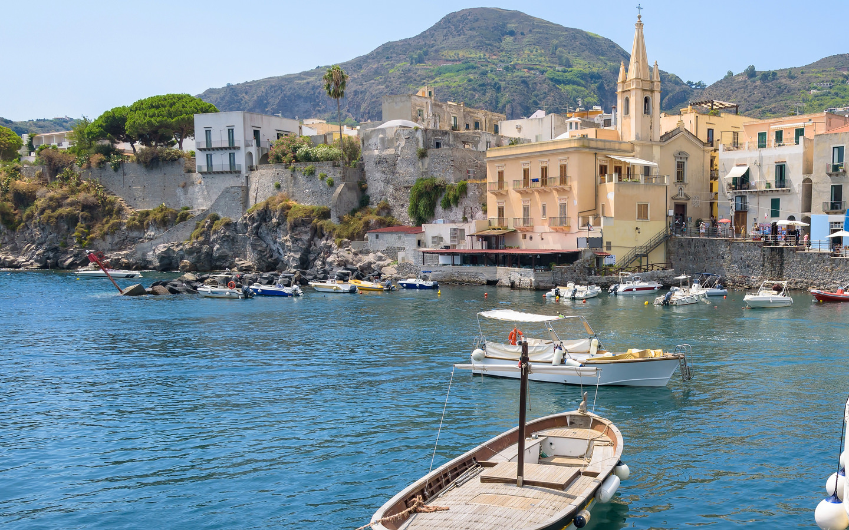 Boote bei Marina Corta in Lipari Stadt auf den Liparischen Inseln.