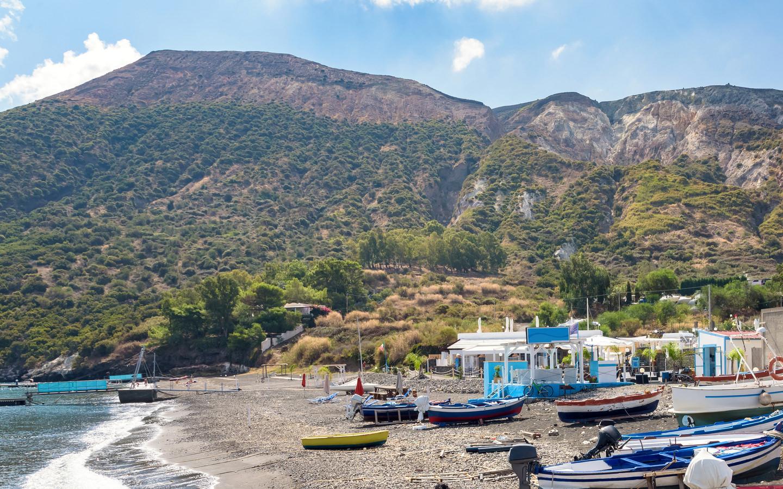 Boote am Strand der Insel Volcano.