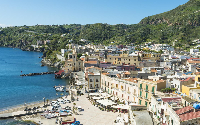 Der Hafen in Lipari-Stadt auf den Liparischen Inseln.