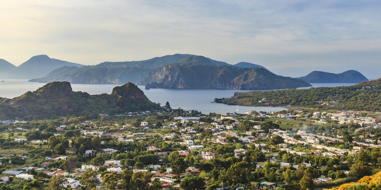 Panoramablick auf die Insel Vulcano auf den Liparischen Inseln.