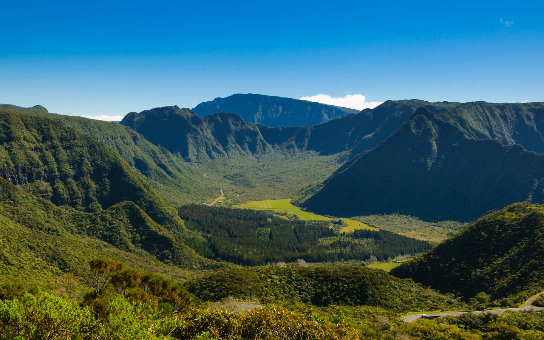 Berglandschaft in der Nähe des Vulkans Piton des Neiges auf der französischen Vulkaninsel La Réunion.