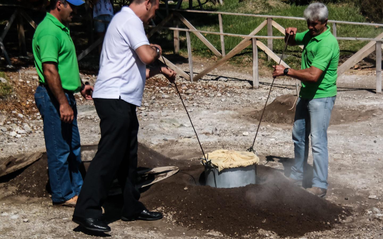 In einer Schwefelquelle auf den Azoren wird das portugiesische Gericht Cozido das Furnas gekocht.