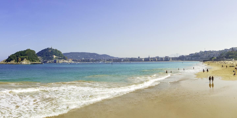 Der Strand Playa de la Concha in San Sebastián in Spanien ist einer der schönsten Strände Europas.