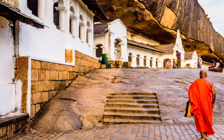 Ein Mönch im Höhlentempel von Dambulla in Sri Lanka, einem UNESCO Weltkulturerbe.