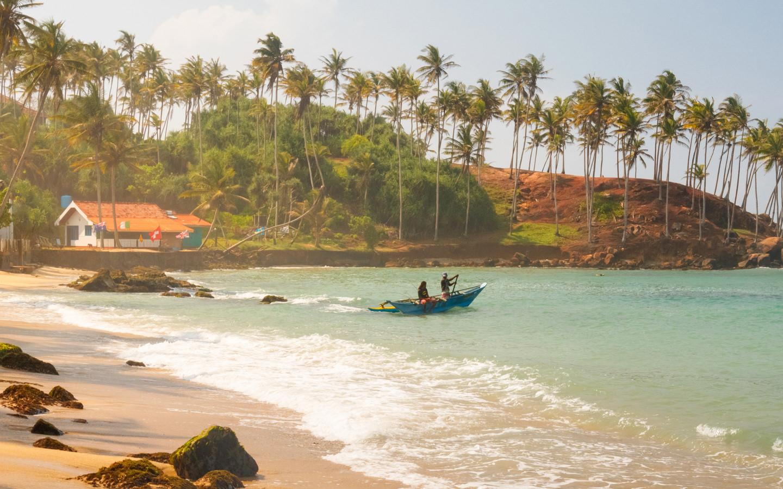 Einer der im Sri Lanka Reisebericht erwähnten schönen Strände des Landes im Küstenort Mirissa.
