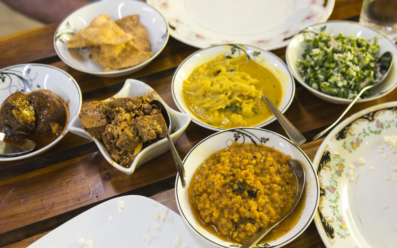 Ein typisches Mittagessen in Sri Lanka mit typischen Gerichten.