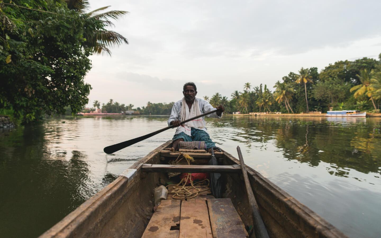 Ein Ruderboot auf den im Indien Reisebericht erwähnten Backwaters im Hinterland von Kerala.