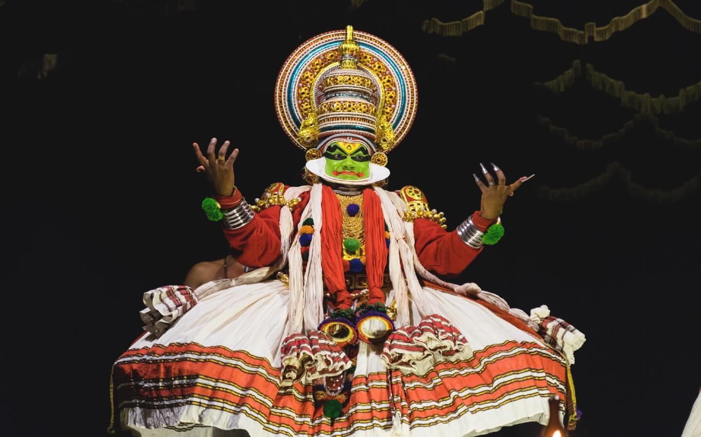 Beeindruckende Kostüme auf der Tanzshow mit der indischen Tanzform Kathakali.