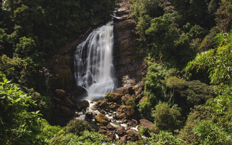 Ein Wasserfall in der schönen Natur Indiens.
