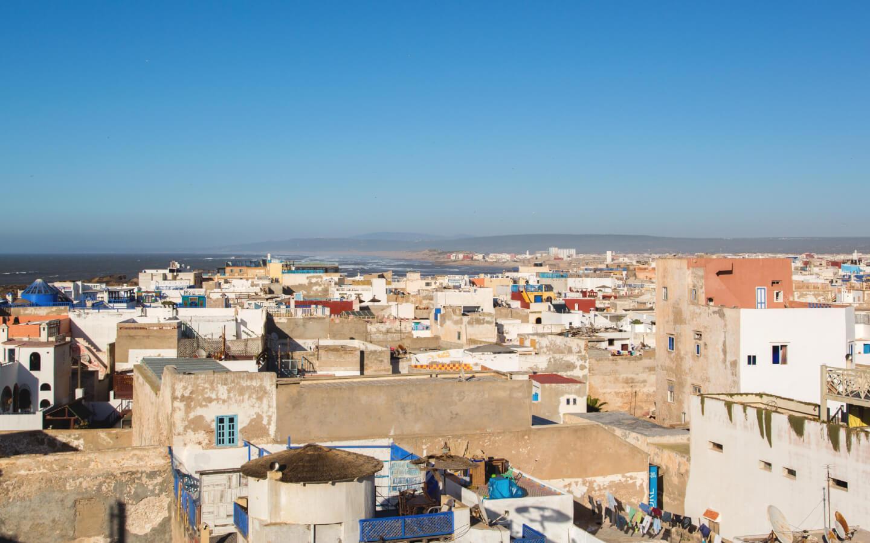 Ein Ausblick auf eine marokkanische Stadt am Meer.