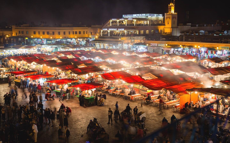 Der Hauptplatz Djemaa el-Fna in der marokkanischen Stadt Marrakesch.
