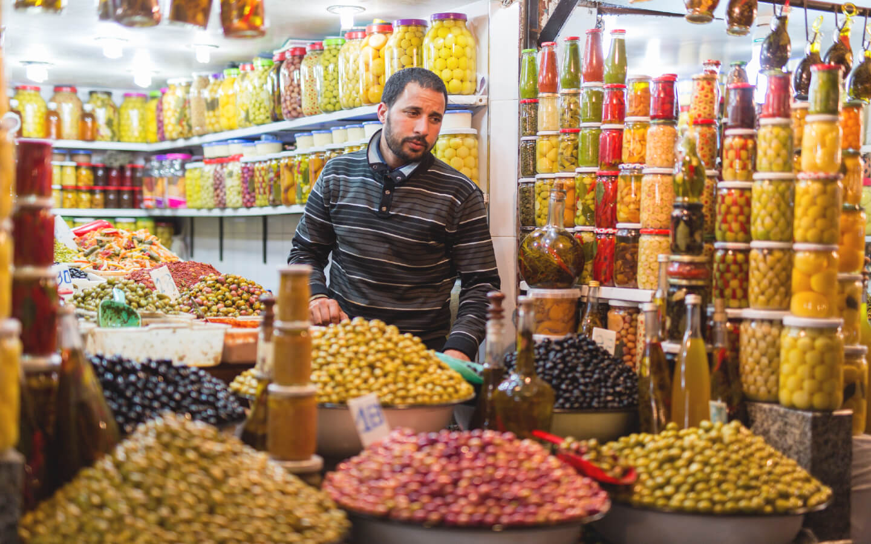 Typische marokkanische Gewürze auf einem Markt.