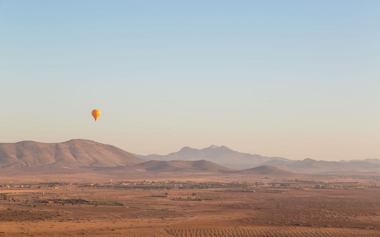 Ein Heißluftballon über der einzigartigen Agafay-Wüste.