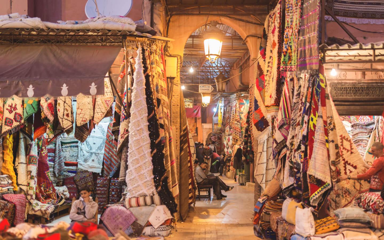 Ein typischer marokkanischer Markt mit Teppichen.