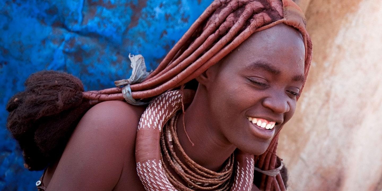 Eine Frau aus dem Volk der Himba in Namibia.