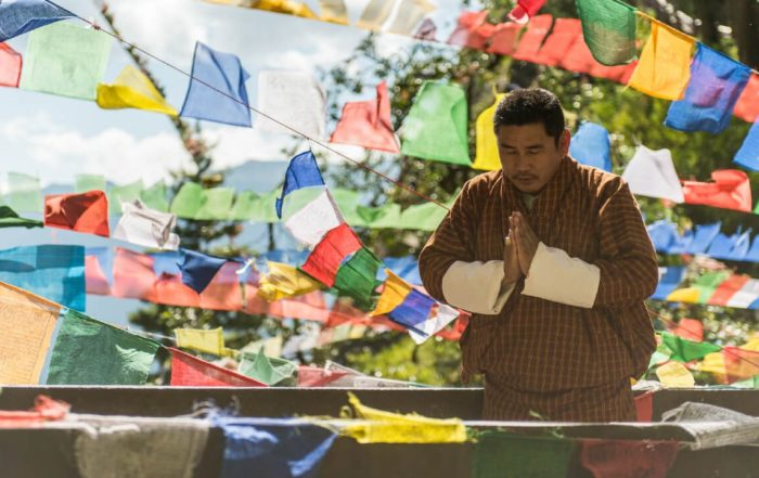 In diesem Nepal & Bhutan Video sehen Sie auch traditionelle Mönche und bunte Gebetsfahnen.