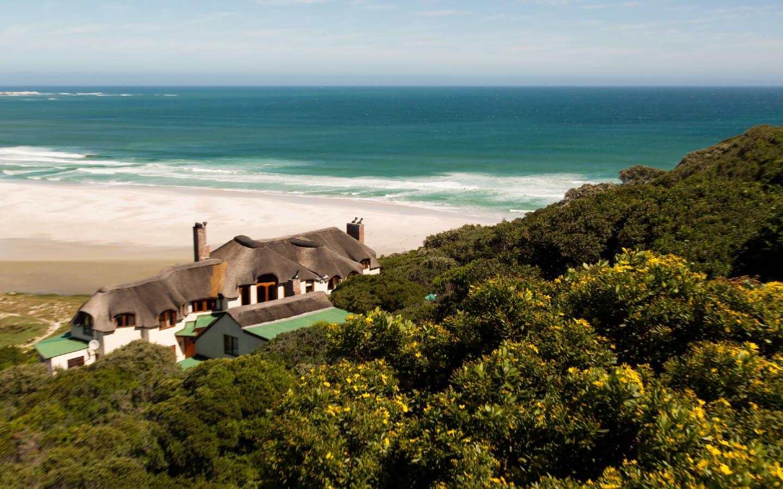 Ein traditionelles Haus an der Küste Südafrikas.