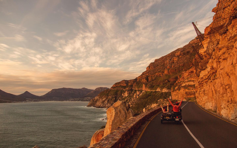 Motorradfahrer auf einer Küstenstraße in Südafrika.