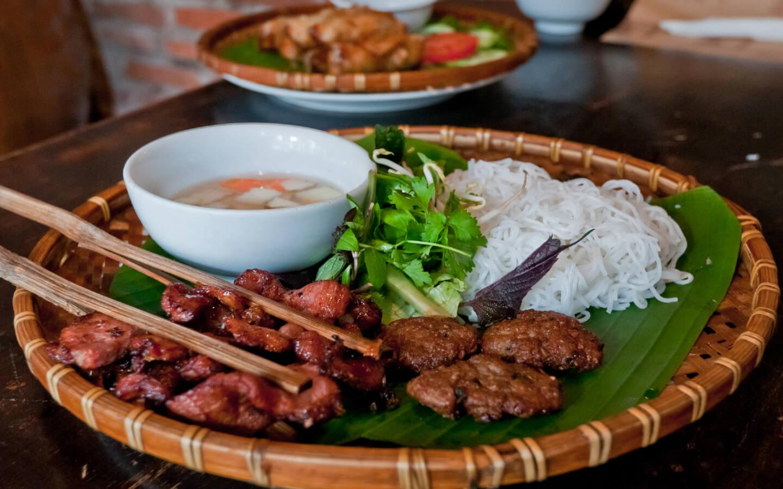 Das traditionelle Gericht Bun Cha der vietnamesischen Küche.