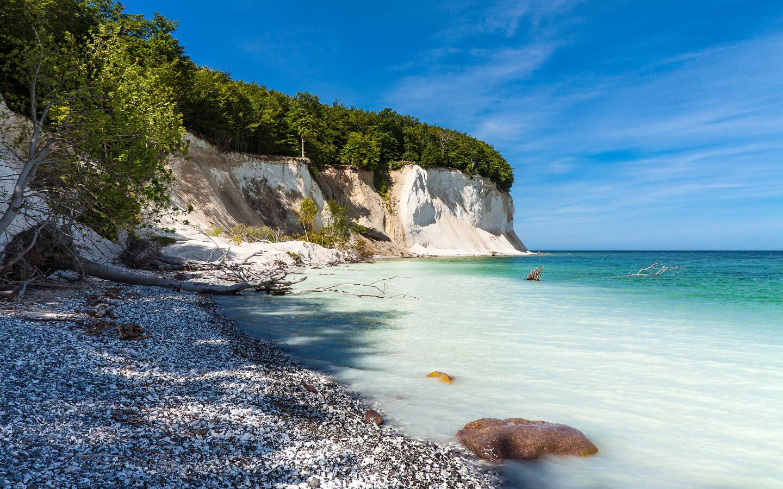 Die Kreidefelsen an der Küste der Insel Rügen sind optimal für einen Urlaub in Deutschland.
