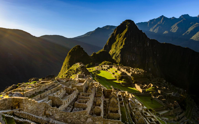 Ein Sonnenaufgang über der Ruinenstadt Machu Picchu in Peru.