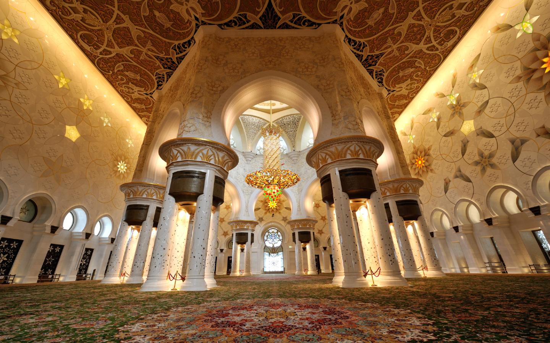 Die Scheich-Zayid-Moschee in Abu Dhabi von innen mit ihrem berühmten Kronleuchter.