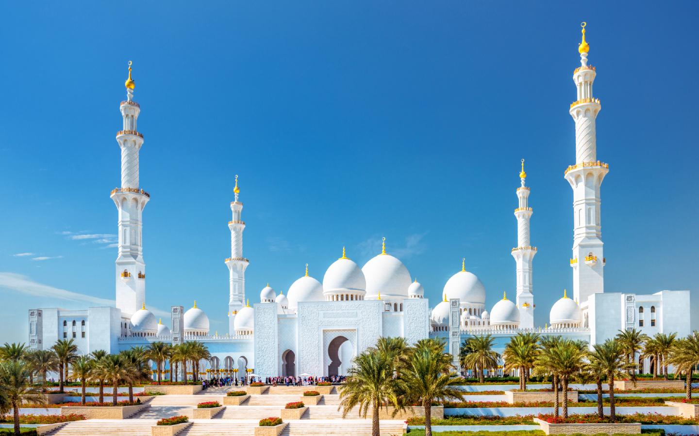 Die Scheich-Zayid-Moschee in Abu Dhabi in der Außenansicht.