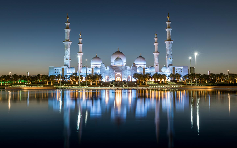 Die Scheich-Zayid-Moschee in Abu Dhabi bei Nacht.