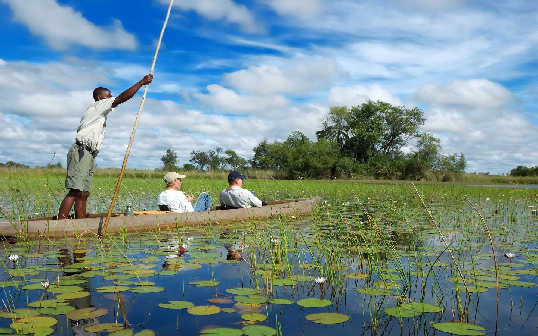 Ein typisches Einbaum-Boot, Mokoro, im Öko-Reiseziel Botswana.