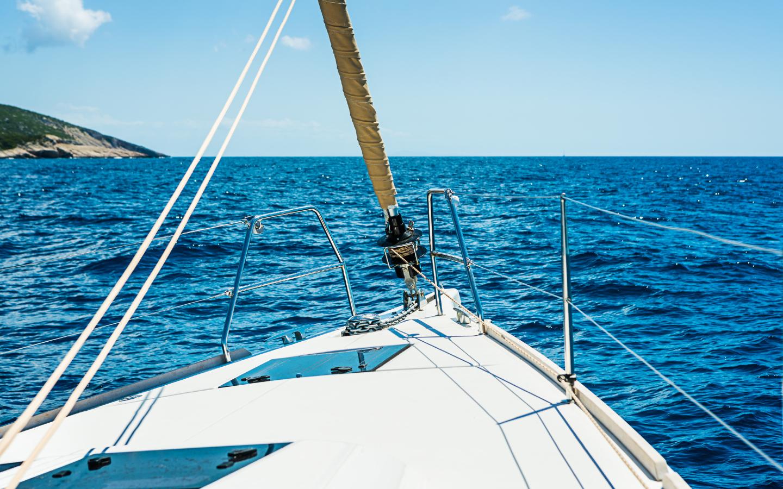 Während eines Ostsee-Urlaubs lässt es sich optimal segeln auf den Gewässern der Ostsee.