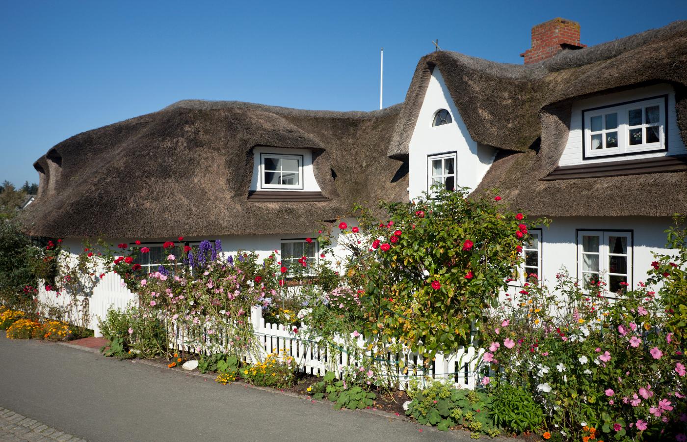 Ein typisches reetgedecktes Haus an der Nordsee.