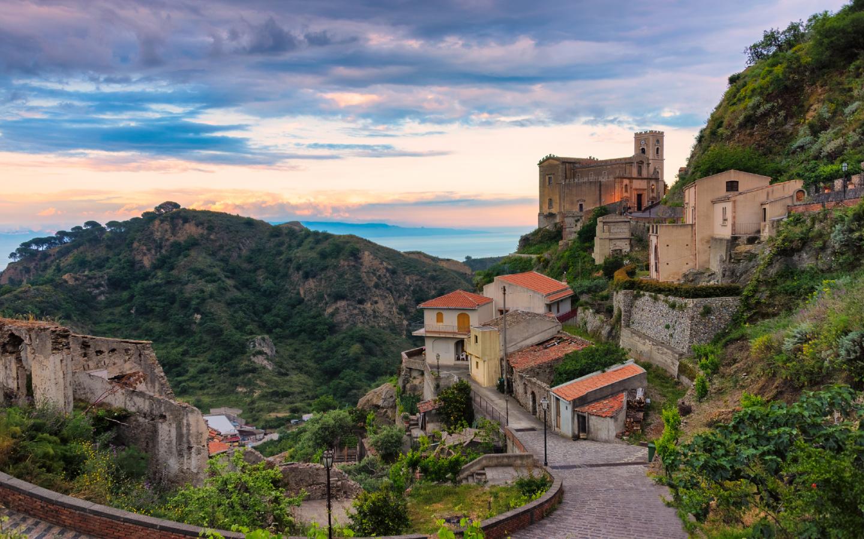 """Eine Aussicht auf ein Dorf in Sizilien, wo der Film """"Der Pate"""" gedreht wurde."""