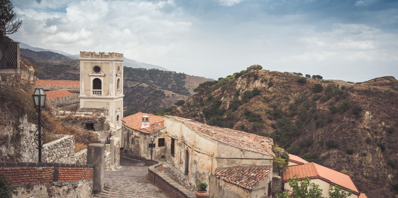 """Aussicht auf ein Dorf in der Heimat des """"Paten"""" auf Sizilien."""