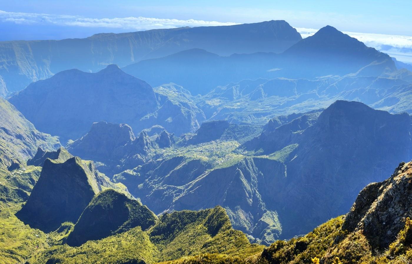 Die gebirgige Landschaft der französischen Insel La Réunion.