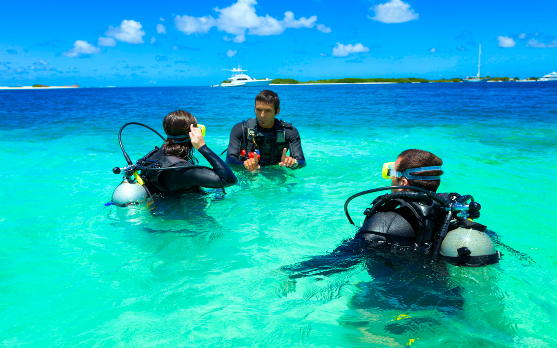 Taucher auf den Malediven bei einem Tauchkurs.