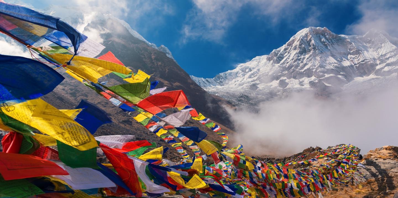 In diesem Nepal Reisebericht geht es auch um die bekannten nepalesischen Gebetsflaggen wie hier auf dem Annapurna.