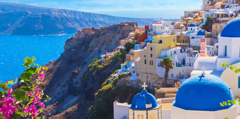 Die traumhafte Insel Santorini darf durch die neuen Einreisebestimmungen in Griechenland wieder bereist werden.