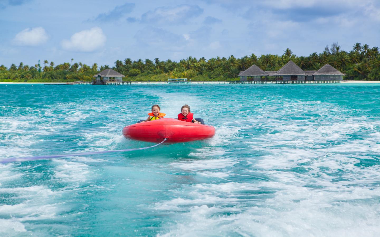 Kinder beim Wassersport auf den Malediven.