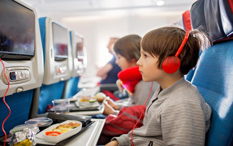Flugzeugreise mit Kindern zu einem Familienurlaub auf den Malediven.